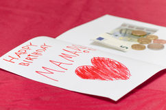 Alles- Gute zum Geburtstagmutterkarte mit rotem Herzen und Euro Stockfotografie