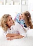 Alles lächelt Qualitätszeit mit Mamma Stockfotografie