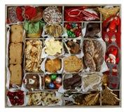 Alles Weihnachtskonzept: Magazinbreite Plätzchen und Verzierungen stockbilder