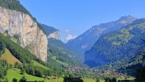 Allettando alla sua valle fra le montagne Immagine Stock
