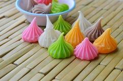 Alletti il dessert tailandese variopinto della caramella sul piatto di bambù Immagini Stock Libere da Diritti