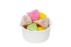 Alletti la caramella tailandese in tazza isolata su bianco Fotografie Stock Libere da Diritti
