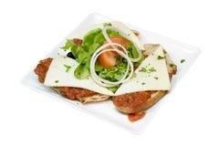 Allevato con la salsa ed il formaggio di pomodori su esso Immagini Stock Libere da Diritti