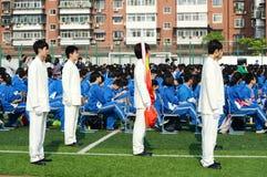 Allevatore della bandiera della scuola Fotografia Stock