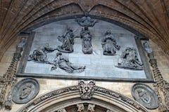 Allevia sulla facciata della chiesa spagnola Fotografia Stock