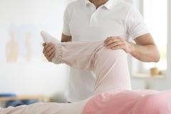 Alleviamento del dolore nell'area del ginocchio Fotografia Stock Libera da Diritti