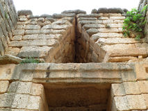 Alleviamento del triangolo sopra la entrata della tomba dell'alveare, Ministero del Tesoro di Atreus, Micene in Grecia fotografia stock libera da diritti