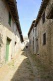 Alleway con le case di pietra Immagine Stock Libera da Diritti