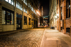 An alley at night, in Brooklyn, New York. Royalty Free Stock Photography