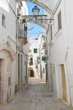 alleyway Cisternino La Puglia L'Italia Immagine Stock Libera da Diritti