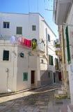 alleyway Monopoli La Puglia L'Italia Fotografia Stock Libera da Diritti
