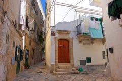 alleyway Monopoli La Puglia L'Italia Fotografie Stock
