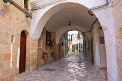 alleyway Monopoli La Puglia L'Italia Immagine Stock