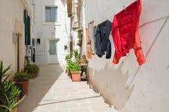 alleyway Monopoli La Puglia L'Italia Immagini Stock Libere da Diritti
