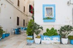 alleyway Monopoli Puglia Italië stock afbeeldingen