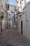 Alleyway. Monte Sant'Angelo. La Puglia. L'Italia. Fotografie Stock Libere da Diritti