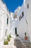Alleyway. Ostuni. La Puglia. L'Italia. Immagini Stock