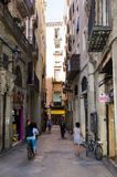 Alleyway stretto a Barcellona Fotografie Stock Libere da Diritti