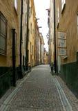 Alleyway vuoto del cobblestone con le biciclette Fotografia Stock