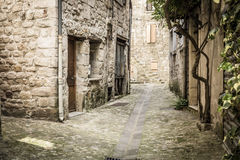 Alleyway w Largentiere, Francja obrazy royalty free