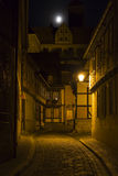 Alleyway w miasteczku Quedlinburg, Niemcy, przy nocą fotografia royalty free