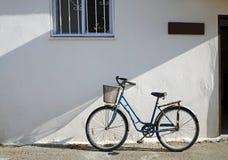 Allez à vélo contre la construction de stuc Image libre de droits