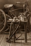 Allez à vélo l'atelier de réparation avec des outils, des roues et le tube photos stock