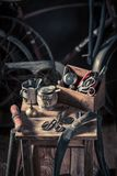 Allez à vélo l'atelier de réparation avec des roues, des outils, et la correction en caoutchouc image libre de droits