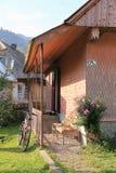 Allez à vélo la position près du porche de rural logé Photos libres de droits