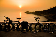 Allez à vélo la silhouette sur un coucher du soleil, Phuket Thaïlande Images stock