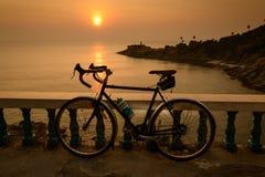 Allez à vélo la silhouette sur un coucher du soleil, Phuket Thaïlande Image libre de droits