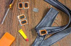 Allez à vélo le kit de réparation, appareil-photo de roues sur un fond en bois Images libres de droits