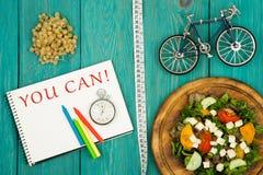 allez à vélo le modèle, la salade des légumes frais, le bloc-notes avec le texte et le x22 ; VOUS POUVEZ ! et x22 ; , chronomètre photos stock