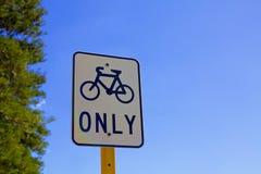 Allez à vélo le panneau routier images libres de droits