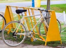 Allez à vélo le stationnement photo libre de droits
