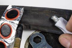 Allez à vélo le tube, la colle et les corrections dans l'atelier Réparation d'un dama photos libres de droits