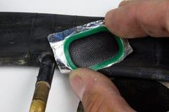Allez à vélo le tube, la colle et les corrections dans l'atelier Réparation d'un dama photo libre de droits