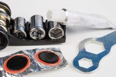 Allez à vélo le tube, la colle et les corrections dans l'atelier Réparation d'un dama images libres de droits