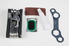 Allez à vélo le tube, la colle et les corrections dans l'atelier Réparation d'un dama image stock