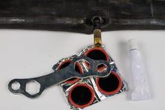 Allez à vélo le tube, la colle et les corrections dans l'atelier Réparation d'un dama image libre de droits