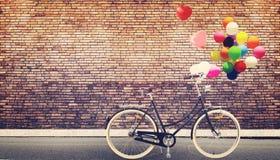 allez à vélo le vintage avec le ballon de coeur sur la ville urbaine de route Image stock