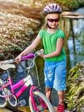 Allez à vélo les enfants avec des vélos de dames en parc d'été images libres de droits