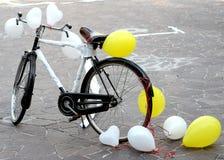 Allez à vélo pour faire une plaisanterie au marrie de jeunes mariés de l'avenir deux juste Photos libres de droits