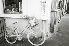 Allez à vélo sur une rue de Montmartre le 9 septembre 2016 dans les Frances Photographie stock libre de droits