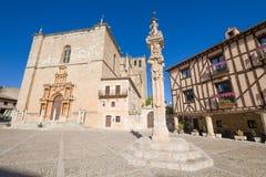 Allez au devant du pilier dans la place principale de Penaranda De Duero photos stock