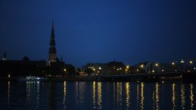 Allgemeine Ansicht über Riga über dem Daugavafluß nachts stock video footage