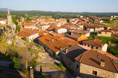 Allgemeine Ansicht des spanischen Dorfs Hacinas, Olivenölseife und Leon Stockfotos