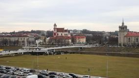 Allgemeine Ansicht Vilnius der Stadt Juni 2013: Geschossen von einem Fahrzeug, welches die Bosphorus-Brücke kreuzt stock footage