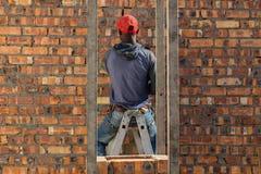 Allgemeine Arbeitskraft auf einer Baustelle lizenzfreie stockbilder