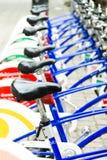Allgemeine Fahrräder parkten auf einer Straße in der Linie Lizenzfreies Stockbild